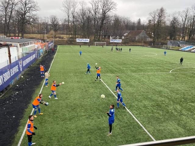 Na zdjęciu piłkarze Sokoła Słopnice, którzy mogą trenować w bardzo dobrych warunkach
