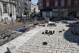 Przebudowa Dworcowej w Katowicach. Trwa montaż nowej nawierzchni. Na Dworcową wraca stary bruk, który przez lata był ukryty pod asfaltem