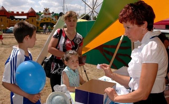 Pani Monika Pasternak ze swoimi pociechami chętnie brała udział w loterii fantowej.
