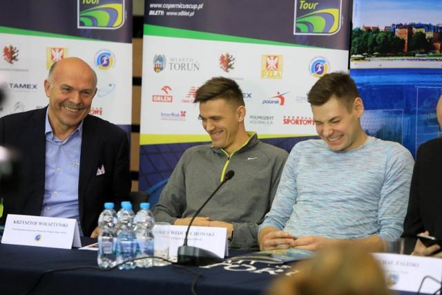 Krzysztof Wolsztyński (pierwszy z lewej), płotkarz Dominik Bochenek i tyczkarz Paweł Wojciechowski