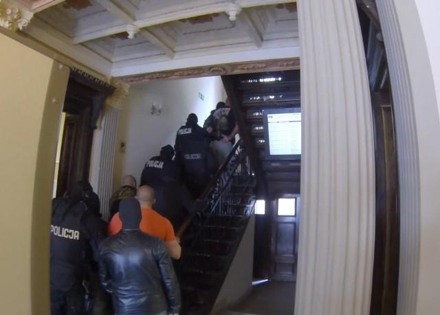 Przypomnijmy, we wtorek rano policjanci weszli do mieszkań i działek mieszkańców Bydgoszczy i okolic. Zatrzymano siedmiu mężczyzn w wieku od 25 do 35 lat. Wszyscy związani są ze środowiskiem bydgoskich pseudokibiców. Wśród nich jest czterech liderów tej grupy. Udowodniono, że zatrzymani wprowadzili do obrotu 23 kg amfetaminy i 30 kg marihuany. Usłyszeli zarzuty. Wobec trzech z nich prokurator zdecydował o zastosowaniu dozoru, mężczyźni regularnie muszą stawiać się na policji. Wobec czterech zatrzymanych do sądu trafiły wnioski o tymczasowe aresztowanie. Sąd zdecydował, ze najbliższe 3 miesiące czterej koledzy spędzą w areszcie. Sprawa ma jednak charakter rozwojowy.