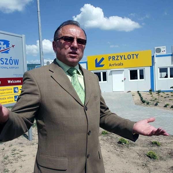 Dyrektor Wiesław Mardosz: - Odprawa w dwóch budynkach to może nie jest idealne rozwiązanie, ale dzięki niemu możemy odprawiać większą liczbę pasażerów.