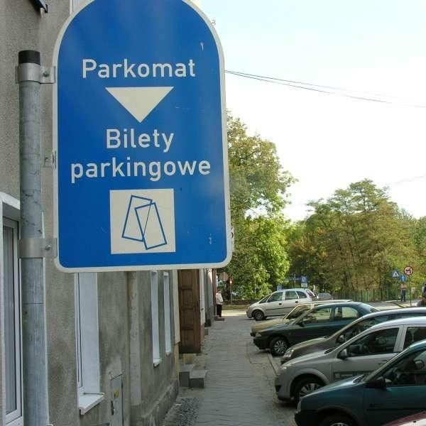 Pół godziny parkowania ma kosztować 50 gr, pierwsza godzina 1,50 zł, druga 1,80 zł, trzecia 2,10 zł, a kolejne 1,50 zł.