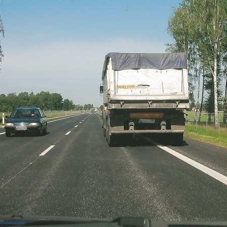Kierowca tej ciężarówki chcąc być uprzejmym, jednocześnie łamie przepisy. Chociaż w przypadku wolno jadącej ciężarówki, namawiałbym policjantów do traktowania takiego wykroczenia z wyrozumiałością.