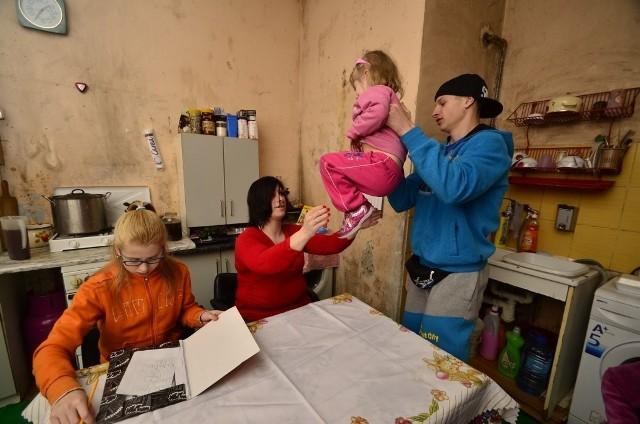 Pani Elżbieta wraz z gromadką swoich dzieci i chorą matką mieszka w mieszkaniu przy ulicy Taczaka. Z niecierpliwością czeka na przeprowadzkę. ZKZL znalazł już dla rodziny mieszkanie