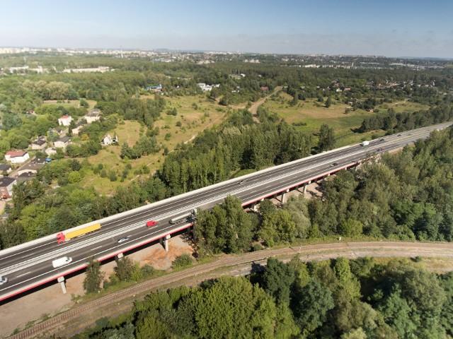 S1 ma być szybkim i komfortowym korytarzem transportowym przez województwo śląskie od lotniska, do granicy ze Słowacją w Zwardoniu. Jak wygląda obecnie przejezdność tej drogi i jakie odcinki powstaną w najbliższym czasie? Zapraszamy do zapoznania się z informacjami na kolejnych slajdach.