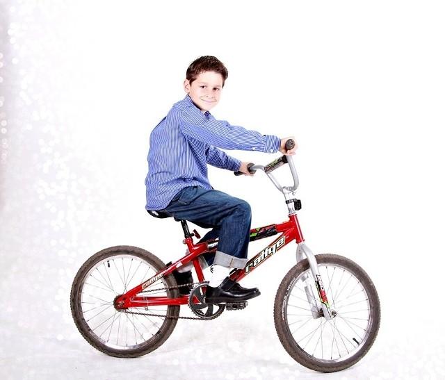 Warto zdecydować się na rower. Ruch na świeżym powietrzu to jedna z najważniejszych rzeczy, jakich potrzebują nasze pociechy. Pamiętaj jednak o odpowiednim rozmiarze sprzętu, dopasowując go odpowiednio do wzrostu dziecka. Najodpowiedniejszy będzie rower o kołach 24-calowych. Jest to tradycyjny komunijny niezawodny prezent!