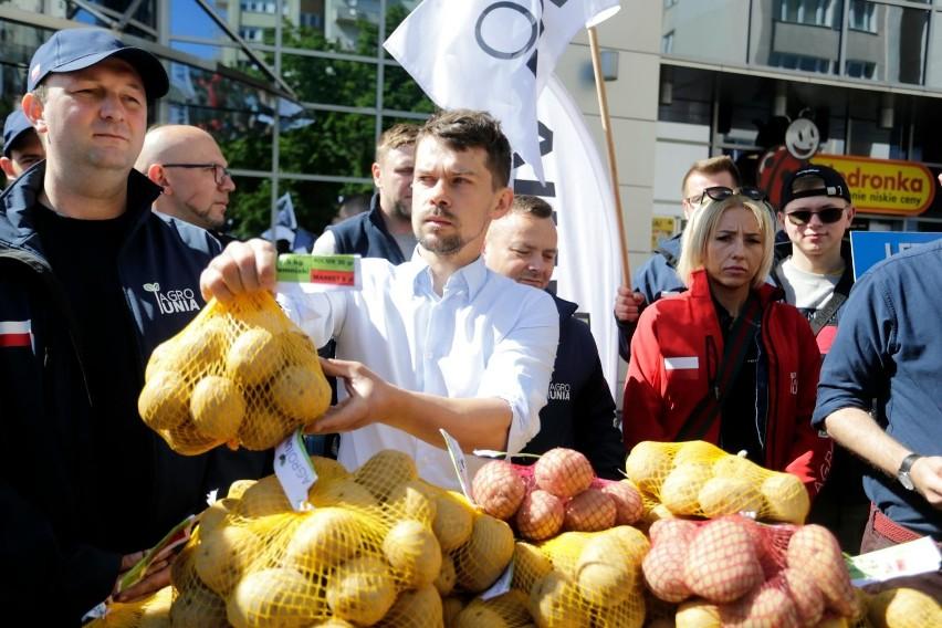 Przedstawiciele Agrounii 20 maja rozdawali ziemniaki w...