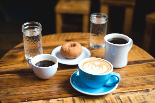 Ze świecą szukać osoby, która wyobraża sobie śniadanie bez kubka aromatycznej kawy