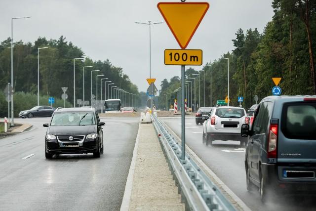 Rondo turbinowe przy wyjeździe z Bydgoszczy w kierunku na Białe Błota nieco poprawiło ruch samochodowy w tym miejscu. Tyle tylko, że dalej droga wojewódzka ma tylko jedną nitkę i biegnie przez sam środek miejscowości. Obwodnica to konieczność.