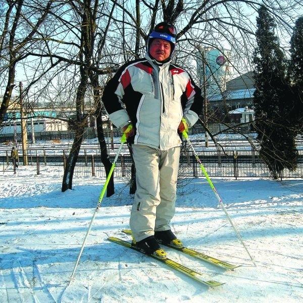 Lubię, gdy pada śnieg i jest zimno, bo wtedy mogę sobie pojeździć na nartach - zapewnia pan Izydor.