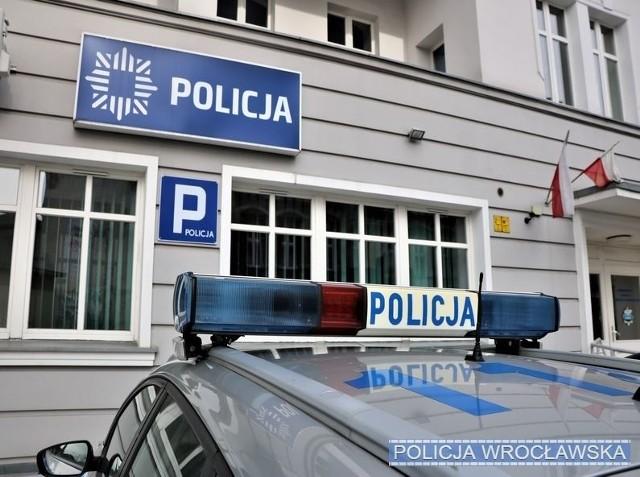 Policjanci z komisariatu przy ul Grunwaldzkiej we Wrocławiu uratowali kobietę zakażoną wirusem COVID-19.