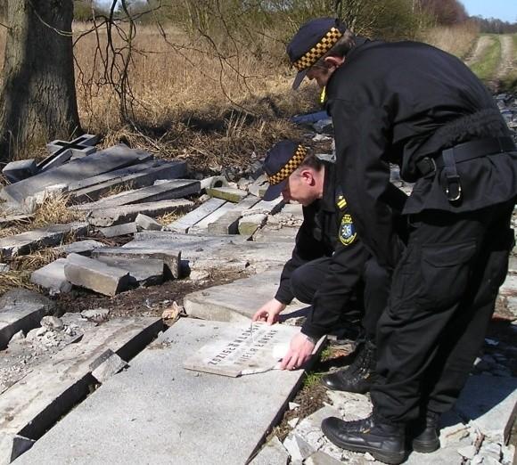 - Tędy rzeczywiście trudno przejechać - mówi Mirosław Kowalczuk, na zdjęciu z lewej. Obok Wiesław Jagiełło.