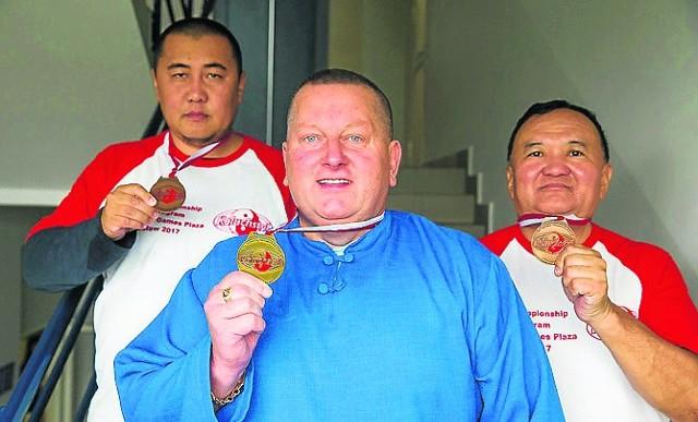 Goście z Mongolii: Begz Jargalsaikhan (z prawej) i Batmunkh Granbaatar oraz twórca koluchstylu - Wiesław Koluch