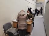 Tłok w szpitalu tymczasowym. System wygenerował do szczepień 200 osób więcej!