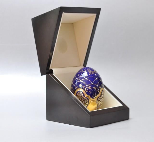 Pisanka porcelanowaPorcelanowe jajko ma eleganckie drewniane opakowanie. Dlatego nadaje się na prezent.