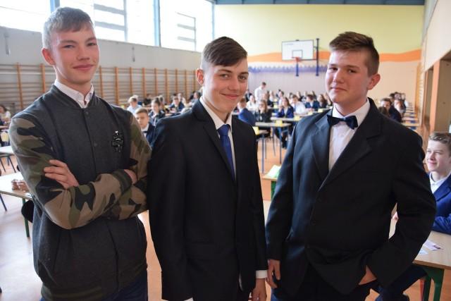 """Egzamin gimnazjalny w oleskiej """"Jedynce"""". Na zdjęciu od lewej: Denis Blukot, Patryk Sitek i Juan Bator."""