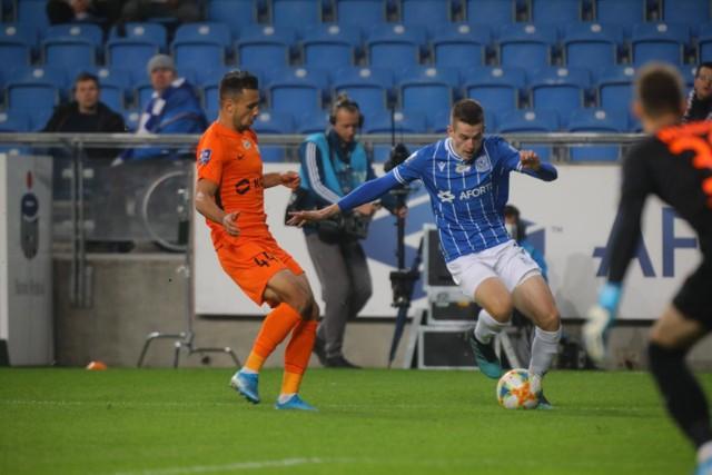 Alan Czerwiński (z lewej) walczy o piłkę z Jakubem Kamińskim. Czy w rundzie wiosennej obaj zawodnicy staną na przeciwko siebie, czy może zagrają na jednej stronie w niebiesko-białych barwach? Karol Bartkowiak wierzy w tę drugą opcję.