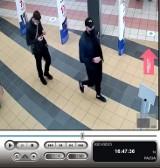 Kto ich widział? Poszukiwani wynieśli ze sklepu dwie pary słuchawek
