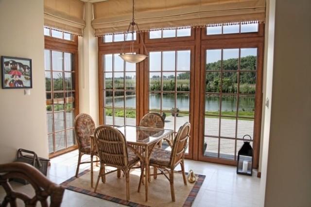 Panoramiczne oknaTaras i ogród stanowią piękną przestrzeń, będącą przedłużeniem domu. Pozwala nam ona cieszyć się świeżym powietrzem i słońcem w letnie dni, a zimą podziwiać śnieżny krajobraz. Odpowiednia aranżacja sprawi, że niewielki pokój zamieni się we wspaniały nietuzinkowy salon. Okna natomiast zapewniają nie tylko komfort i bezpieczeństwo, ale także stają się ważnym elementem dekoracyjnym wnętrza.