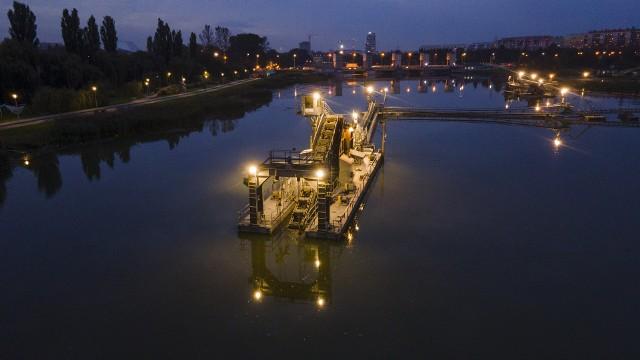 Nocą zalew na Wisłoku w Rzeszowie prezentuje się zjawiskowo. Maszyny do odmulania wyglądają niczym gwiezdna stacja.