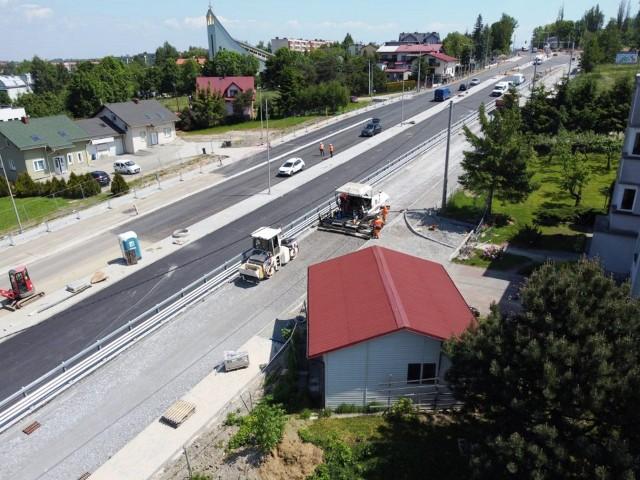 Ulica Cieszyńska. W ostatnich dniach trwają końcowe prace m.in. asfaltowanie brakujących fragmentów
