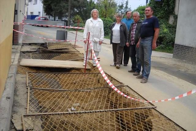 Mieszkańcy ulic Młyńskiej i Wielkie Oracze w Głogówku stracili cierpliwość do ciągłych awarii wodociągu i poskarżyli się dziennikarzom na opieszałość władz gminy.