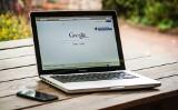 Kamil Stępniak, doktorant z wydziału prawa UwB, zbadał algorytmy Facebooka i Google. Giganci mogą wpływać na wolne wybory