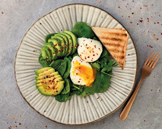 Pomysł na nietypowe śniadanie: jajko w koszulce.