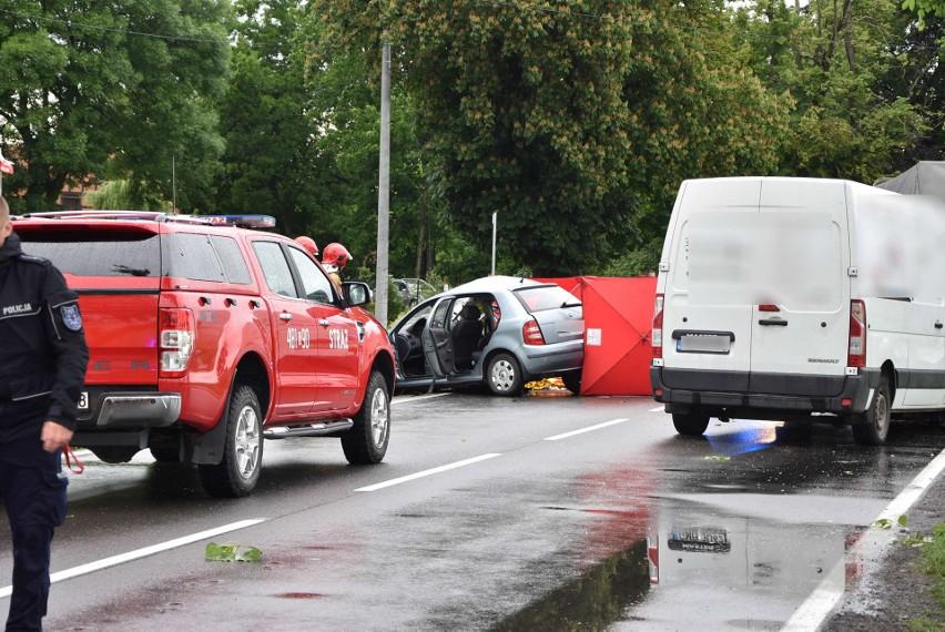 Tragiczny wypadek k. Malborka! W Dębinie zderzyły się trzy samochody, zginęły dwie osoby [ZDJĘCIA]