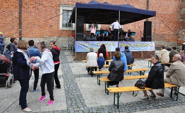 Na scenie ustawionej obok sandomierskiego ratusza odbywały się koncerty.