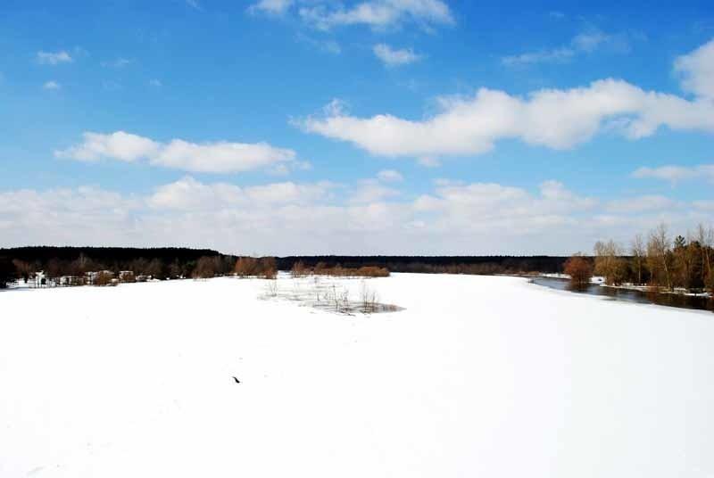 Bug na niemal całej szerokości skuty jest jeszcze lodem