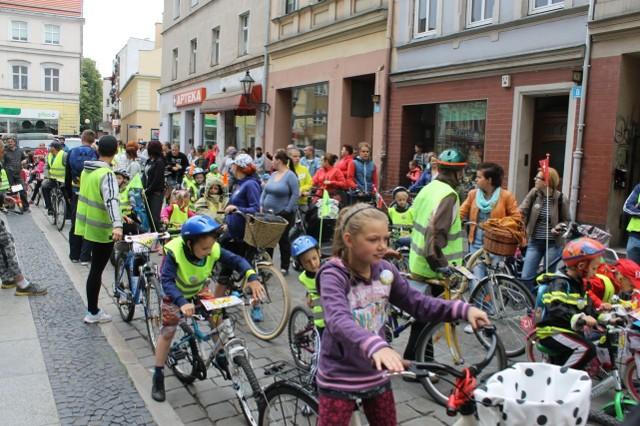 W rajdzie co roku biorą udział setki rowerzystów - małych i dużych.