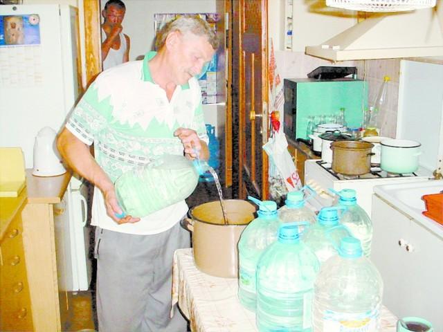 Bernard Chłapek przynosi wodę do swojego mieszkania w plastikowych butlach. Niemal wszyscy lokatorzy kaminicy przy ul. 1 Maja 71 w Opolu mają odcięty gaz i wodę. To efekt samozwańczych decyzji Maksa Merkla, który podaje się za właściciela domu.