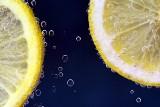 Witamina C i odpowiednia ilość wody w walce o odporność. Jak to działa?