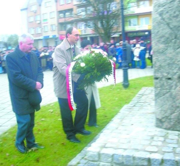 Jeszcze w 2007 roku burmistrz Roman Czepe z namaszczeniem składał kwiaty pod pomnikiem ppłk. Nilskiego Łapińskiego. Rok później tłumaczył w lokalnej prasie, że postanowił zbudować w centrum pomnik Niepodległości, bo w Łapach nie ma godnego miejsca do składania kwiatów na święto 11 Listopada.