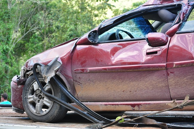 """Kolizja, a wypadek. Jakie są różnice?Często terminy """"kolizja"""" oraz """"wypadek"""" są stosowane zamiennie. Jednak stosowanie ich jako zamienników jest błędne. Wypadkiem drogowym nazywamy zdarzenie drogowe, w wyniku którego zostali poszkodowani ludzie. Kolizją natomiast określa się wszelkie zdarzenia drogowe, w których powstały wyłącznie straty materialne. Nie występują w przypadku kolizji zabici lub ranni.W przypadku kolizji nie ma obowiązku wzywania policji na miejsce zdarzenia.Czytaj dalej na kolejnym slajdzie >>>"""
