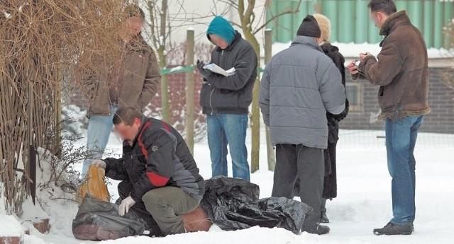 Ekipa policyjna na miejscu znalezienia ciała 49-letniej kobiety.