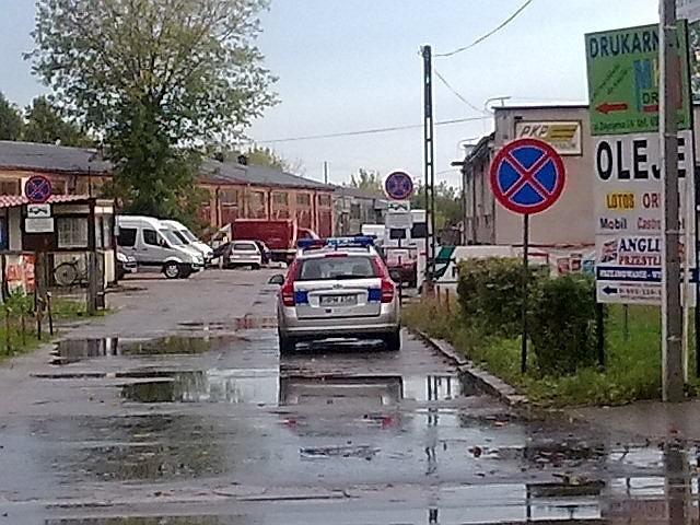 Policyjny radiowóz pomiędzy znakami zakazu zatrzymywania i postoju