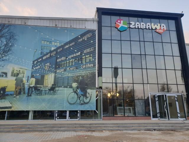 Jeden z największych i najbardziej popularnych figlorajów w Łodzi, Zabawa Park przy al. Piłsudskiego, zakończył działalność. Z powodów finansowych z mapy łódzkich sal zabaw zniknęła też istniejąca od 22 lat na rynku retkińska Agatka i znajdująca się na Teofilowie Ufolandia (ta sala zabaw przeniosła się do internetu). Właściciele pozostałych figlorajów w Łodzi są na skraju bankructwa.Czytaj więcej na następnej stronie