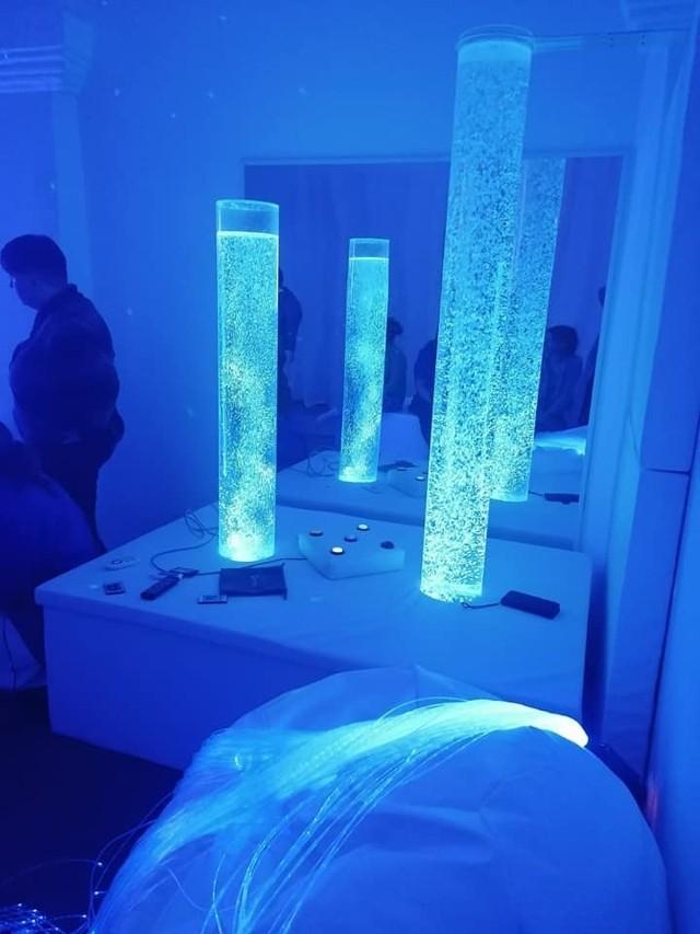 W pomieszczeniu znajdują się innymi światłowody, podświetlane wodne kolumny, miękkie pufy, czy wypełnione wodą łóżko.