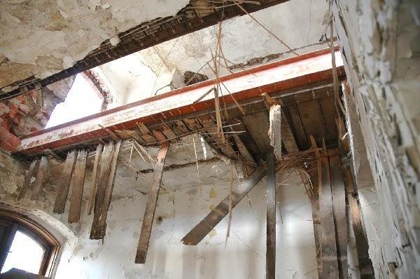 Stropy w zrujnowanych budynkach dawnej  rzeźni grożą zawaleniem.