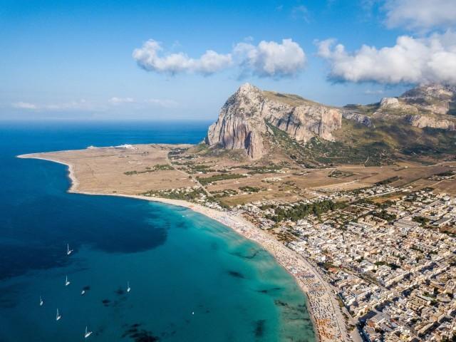 San Vito lo capo Sycylia największa wyspa na Morzy Śródziemnym, nazywana jest słoneczną wyspą. Liczba dni ze słońcem w ciągu roku dochodzi nawet do 300!Sycylia zachęca turystów pięknymi plażami, bogactwem zabytków z czasów panowania Greków, Rzymian i Normanów, wyjątkową przyrodą. Słynie ze znakomitej kuchni będące mieszanką kuchni włoskiej, arabskiej, greckiej i hiszpańskiej oraz ze świetnego wina.Zobacz ZDJĘCIA, czytaj na kolejnych slajdach >>>