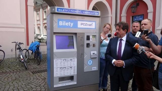Bogusław Bajoński, dyrektor ZTM w czwartek zaprezentował nowy biletomat. 70 nowych automatów zastąpi stare, które ZTM sprzeda za 1,5 mln zł