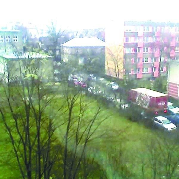 Ulica Łąkowa jest tak zablokowana, że dwóm samochodom naraz naprawdę ciężko jest przejechać – zauważa w swoim liście pani Anna. – A jeśli już tak się zdarzy, to robi się korek nie z tej ziemi! Zdjęcie nadesłała nam Czytelniczka.