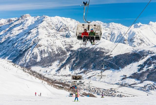 W tym roku ceny imprez narciarskich kształtują się na poziomie porównywalnym do poprzedniego. Średni koszt imprezy narciarskiej wynosi 1294 zł/os.