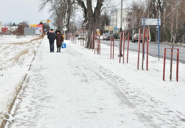 W sobotę chodnik wzdłuż ulicy Sikorskiego w Tarnobrzegu był pokryty śniegiem i lodem.
