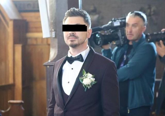 28-letni Daniel M., syn króla disco polo Zenka Martyniuka został zatrzymany przez policję. Przy 28-latku znaleziono narkotyki. Mężczyzna miał także awanturować się z ciężarną żoną, którą poślubił niespełna trzy miesiące temu.Do awantury, w skutek której w mieszkaniu Daniela M. pojawili się policjanci, doszło w niedzielę. Jak wynika z medialnych relacji młoda 19 - letnia żona (kobieta jest w dość zaawansowanej ciąży) wróciła do domu, ale drzwi mieszkania na nowym osiedlu w Wasilkowie były zamknięte. W mieszkaniu znajdował się pijany Daniel, który nie chciał wpuścić żony. W końcu doszło do szamotaniny. Czytaj na kolejnym slajdzie