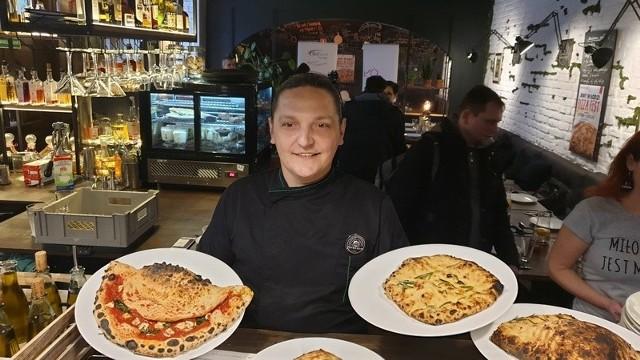 Aż 32 lokale (rekord!) wezmą udział w czwartej edycji Jemy w Łodzi Pizza Fest, czyli feswtiwalu pizzy, który rozpocznie się w piątek, 31 stycznia, a zakończy 9 lutego. Festiwalowe pizze restauracji Forno Nero prezentuje jej szef, Marcin Saternus.Do zjedzenia będzie 37 różnorodnych placków - od klasycznych włoskich kompozycji, po ekstrawaganckie, międzynarodowe propozycje śmiało czerpiące z kuchni alzackiej, libańskiej, czy choćby azjatyckiej. Obok tradycyjnych serów i wędlin na festiwalowych pizzach pojawią się także ragout z zająca, jagnięcina, panierowane krewetki, trufle, orzechy, płatki ryby. Będą też pizze wegetariańskie (9 propozycji) i bezglutenowe. Jemy w Łodzi Pizza Fest 2020 – festiwalowe lokale i ich pizze - KLIKNIJ DALEJ