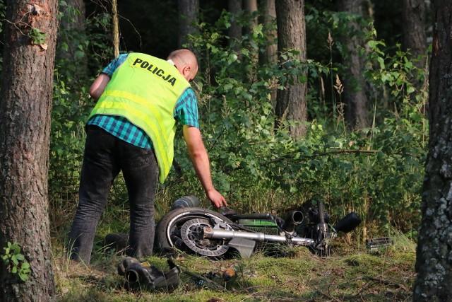 Motocykl roztrzaskał się na drzewie. Kierowca zginął na miejscu.